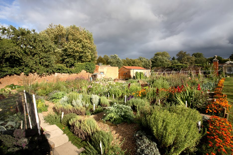 Chiswick house kitchen garden for House and garden kitchen photos
