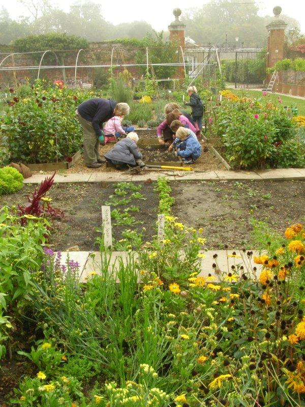 0710-ames-gv-kids-planting-spring-bulbs-774884.jpg